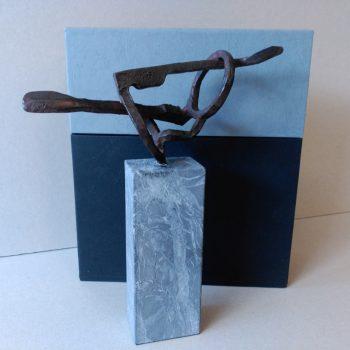 Caja para escultura combinando geltex de 2 colores diferentes, con relleno fijo para la sujeción de la escultura.