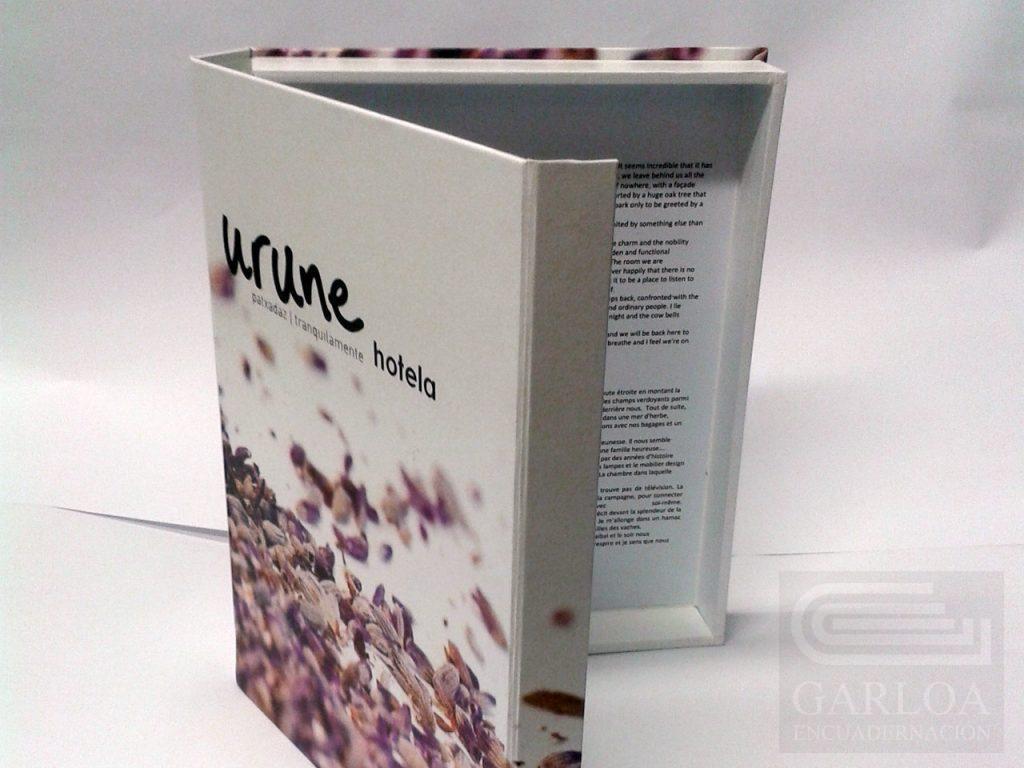 Carpeta caja diseñada e impresa en guaflex con solapa de imán y anilla mixta.
