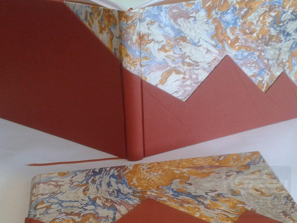 Tapas realizadas en cartón forradas en papel fantasía y con relieve de cartón simulando unas pirámides y forrado en tela inglesa