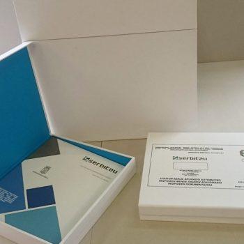 Proyecto servitzu: Caja de cartón y madera con apertura frontal.
