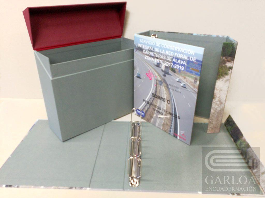 Caja de cartón con tapa abatible y carpeta de anillas