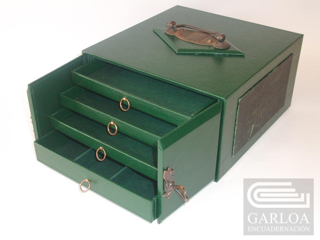 Caja de cartón restaurada